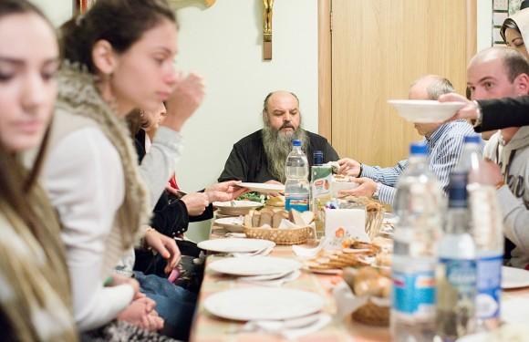 После панихиды в трапезной при храме собрались молодые ребята и девушки – члены осетинской общины. Среди них были двое из Беслана