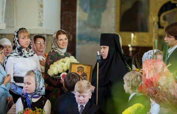На линейке в честь нового учебного года настоятельница обители дарит гимназии икону Пресвятой Богородицы
