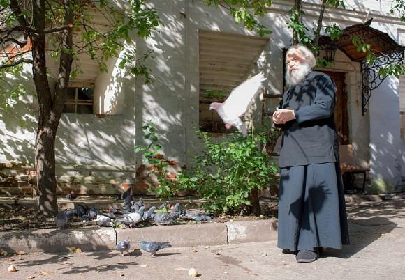Монах Адриан. На его плечи выпало восстанавливать и Даниловский монастырь , и Оптину пустынь. В Новоспасской обители он долгое время занимался печением просфор. Монаха Адриана в монастыре называют Патриархом просфоры: ему случалось выпекать 16-килограммовую просфору