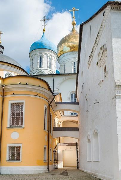 Сосредоточение трех храмов Новоспасского монастыря: Спасо-Преображенского собора, Покровского и Знаменского храмов