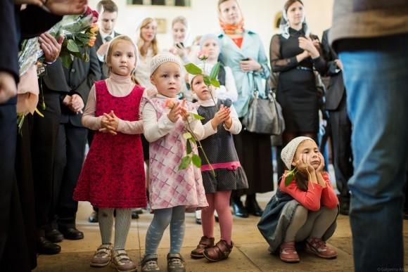 Маленькие воспитанницы детского дома тоже скоро станут гимназистками. А пока пришли поздравить старших