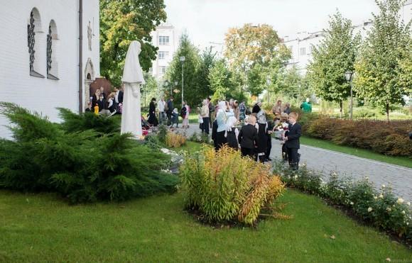 Перед первым уроком все гимназисты собираются возле памятника Великой Княгине Елизавете Федоровне, Великой Матушке Марфо-Мариинской обители и святой покровительнице гимназии