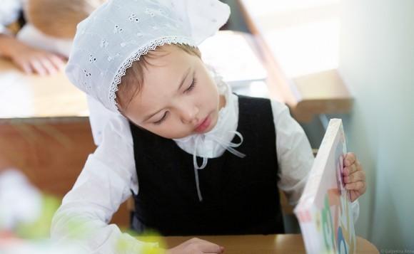 Маленькая София рассматривает свои первые учебники