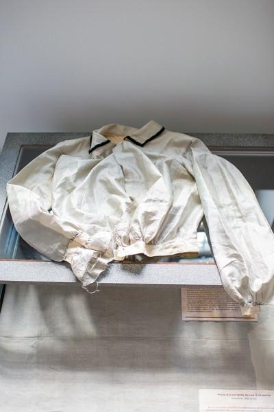 В день престольного праздника в Новоспасском монастыре проходила выставка «Без царя». На ней были представлены раритеты из частных коллекций. Один из них – блузка Елизаветы Феодоровны, после ее ареста спрятанная М. Антониковской, швеей Великой Княгини