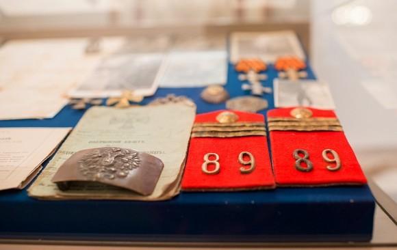 Экспонаты музея. В одной из витрин собраны предметы, связанные с Первой Мировой войной