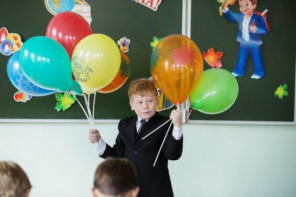 На шариках надпись «Здравствуй, школа!»