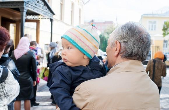 На улице превоклассников ждут родители, бабушки, дедушки, а также младшие братья и сестры