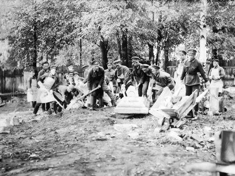 1931 год. Разрушение надгробий в соответствии с постановлением — курсанты, которым было поручено снести каменные плиты и приготовить площадь под размещение зоологического сада.