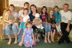 Семья Иваненко: 4 кровных и 10 приемных детей