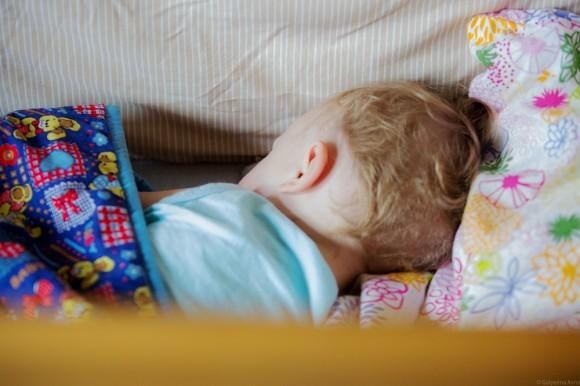 Младший сын Ваня спит и не участвует в общем фотографировании