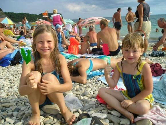Надя и Сара. Наде 8 лет, только из детдома