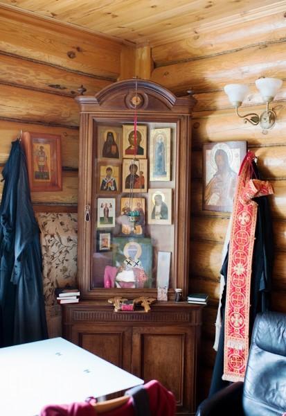 Семейный красный угол. Слева отдельно висит икона Феодора Стратилата – ее написала в подарок матушка Мила