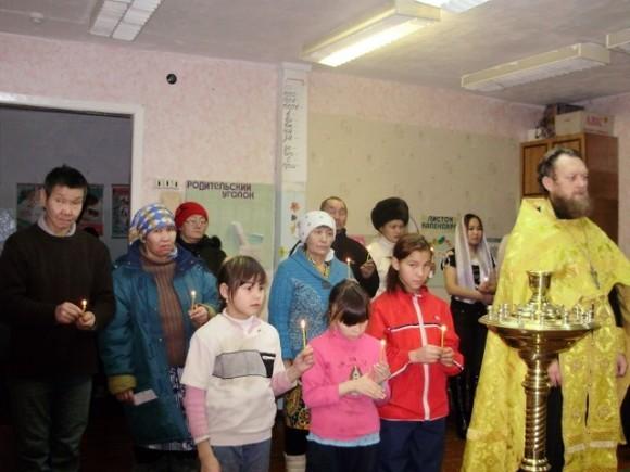 Литургия в здании школы. Село Аянка Камчатского края, фото иерея Алекксандра Галанина