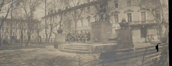 Юнкера у памятника М. Ю. Лермонтову. Фото из частного собрания