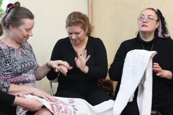 Крайняя слева — Светлана Дубровская. Общение через переводчиков