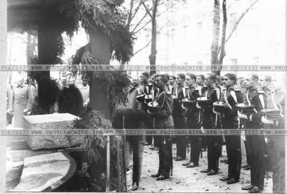 Юнкера у места закладки памятника М.Ю.Лермонтову во время молебна. 1 октября. 1913. ЦГАКФФД.