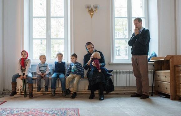 Сегодня храм полон людьми: детьми…