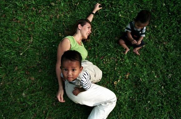 Алекс Маджоли. Камбоджа. Пномпень. Дженис Коркни играет со своими близнецами. Дженис — одна из матерей, ожидающих в Пномпене иммиграционных документов, которые позволят ее детям уехать в США. 2002 год