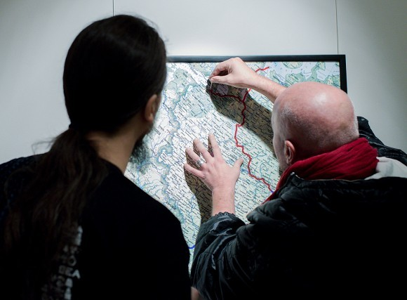 Капитан отмечает на карте маршрут фотоэкспедиции