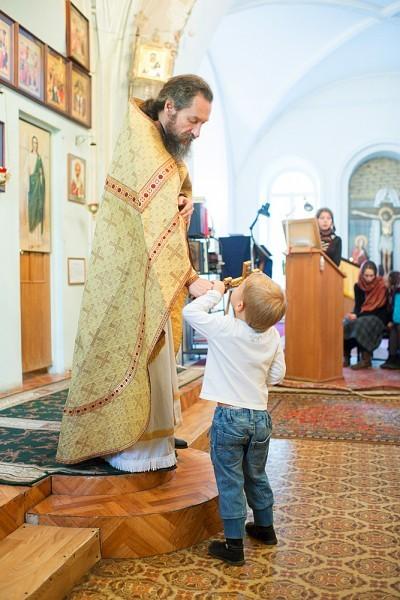 Отец Андрей заботится, чтобы всем в храме было удобно, особенно пожилым и многодетным семьям, детишкам и их родителям