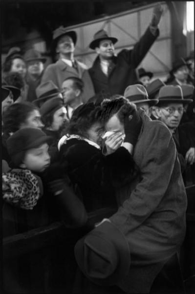 Анри Картье-Брессон. США. Нью-Йорк. 1947 год. Встреча беженцев из Европы. Мать находит сына, которого потеряла во время войны