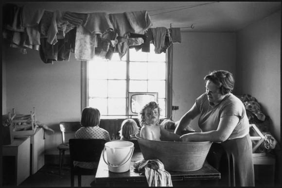 Ева Арнольд. Англия. Ванна в субботу вечером перед воскресным днем. 1963 год