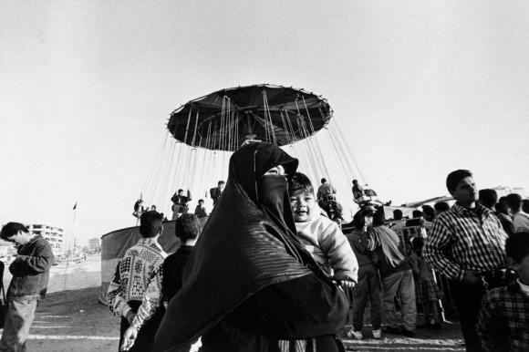 """Ларри Тауэлл. Израиль. Газа. 1997 год. Женщину и ребенка на открытой игровой площадке, которая была построена в Газе после подписания в 1993 году мирного соглашения. Площадка построена европейским сообществом, чтобы дать палестинским детям возможность расти """"нормальными"""". Эти дети стали символом сопротивления во время интифады и до сих пор страдают от последствий этого"""