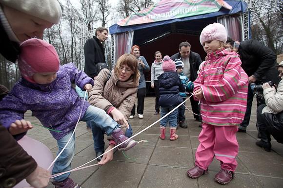 Игра в косички. Участвуют дети и родители