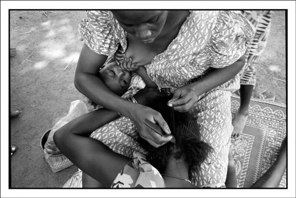 Ги ле Керрек. Западная Африка, Буркина Фасо, провинция Пони в стране Лоби. Маленькая деревня Баконо, народность Лоби в предместье города Гауа, квартал Кпан-билу, у Тиофе Усса, третий день праздника возвращения с похорон (Бобур) Тиофе Усса, главы деревни, родившегося около 1918 и умершего 8 августа 1997. Приготовления к празднику. 1998 год
