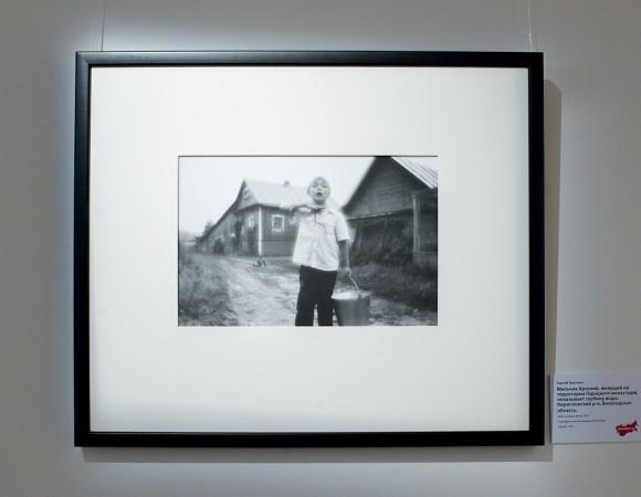 Сергей Трапезин. Мальчик Арсений, живущий на территории Горицкого монастыря, показывает глубину воды