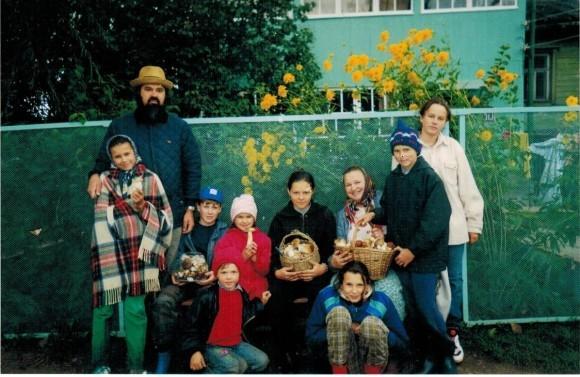 Любовь Соколова - слева в красной куртке, рядом - Сергей, её будущий муж