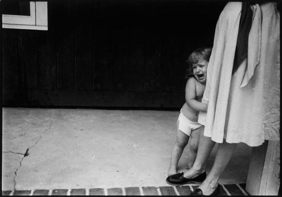 Ева Арнольд. США. Логн-Айленд. Ребенок плачет, прижимаясь к колену своей матери. 1956
