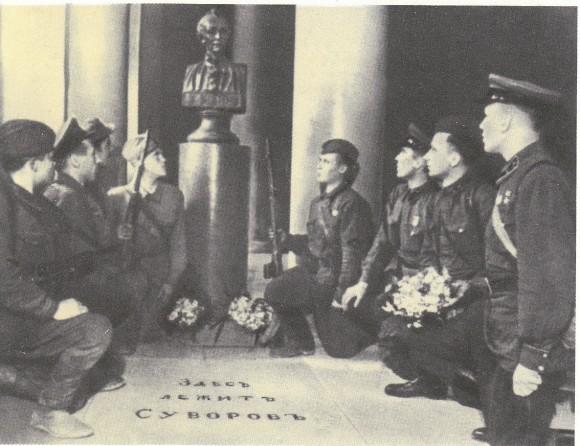 Блокадный Ленинград, 1942 г. Клятва бойцов у могилы Суворова.