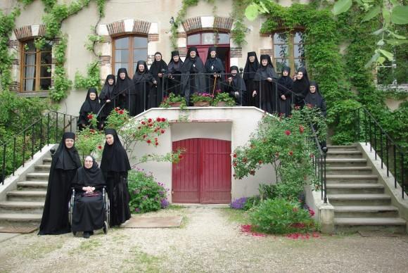 Игуменья Ольга с сестрами  монастыря. Фото из архива Михаила Можайского, Бюсси-ан-От
