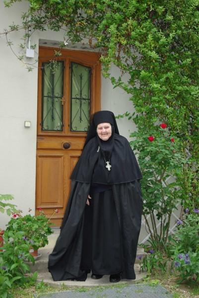 Игуменья Ольга у дверей своей кельи. Фото из архива Михаила Можайского, Бюсси-ан-От