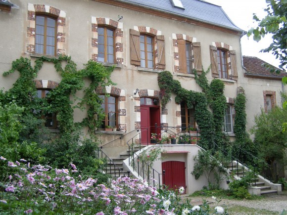 Основной дом, в котором находятся кельи сестер обители. Фото из архива Михаила Можайского, Бюсси-ан-От