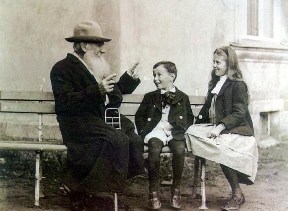Лев Толстой с внуками