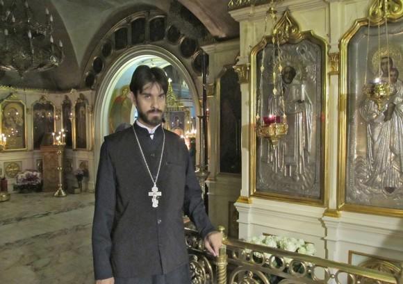 Священник Владислав Мишин у храмового образа святителя Николая в церкви Ризоположения в Леоново
