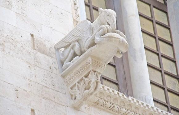 Деталь обрамления соборного окна