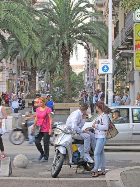 На пешеходной улице нового города