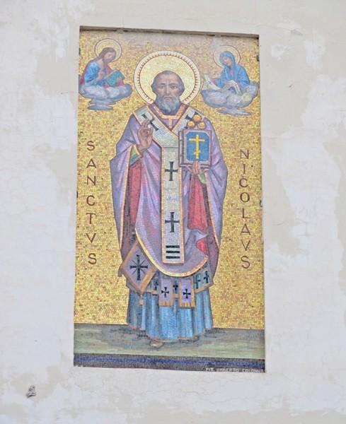 Мозаика святителя Николая на стене