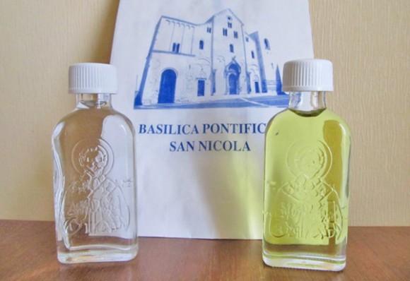 Благословение от святителя Николая — пузырьки с миром (слева) и маслом (справа)
