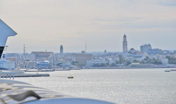 Панорама города с парома. В левой части снимка собор святителя Николая