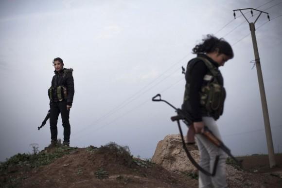 """Курдские женщины, участницы движения «Popular Protection Units», дежурят на контрольно-пропускном пункте недалеко от города Эль-Камышлы на Севере Сирии. Фото: """"Свободная пресса"""""""