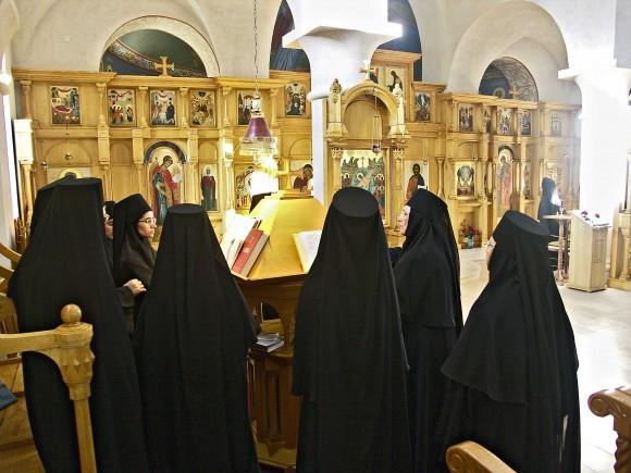 Во время службы, монастырский хор. Фото из архива Михаила Можайского, Бюсси-ан-От