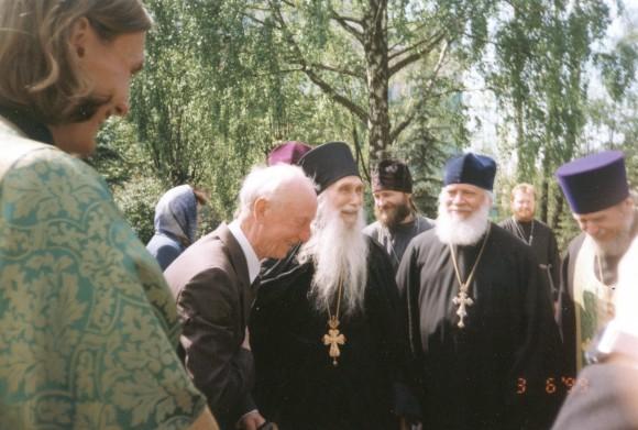 3 июня 1999 года. Архимандрит Кирилл (Павлов) с однокурсниками поздравляют К.Е. Скурата с Днём Ангела