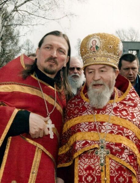 С о. Василием Ермаковым. Серафимовское кладбище, СПб. 2005 г.