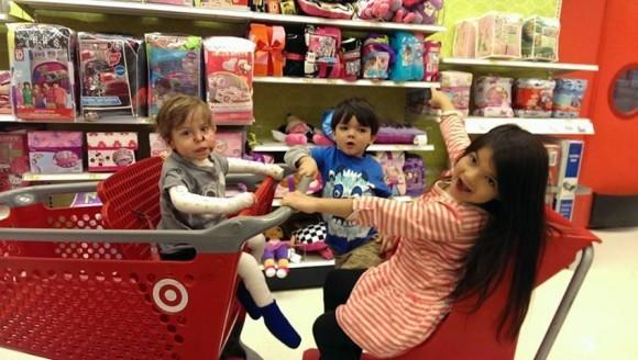 Дети Дельгадо в магазине
