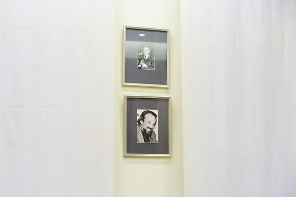 На стенах – фотографии, в том числе, о. Александра Меня