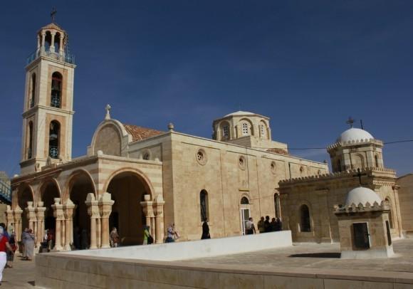 Собор монастыря прп. Феодосия Великого близ Вифлеема. Храм-базилика с куполом и колокольней построен ок. 1930 года на фундаменте древней базилики
